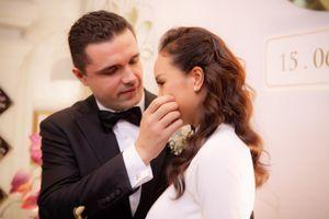 Chồng Tây ân cần lau nước mắt cho Phương Mai trong lễ rước dâu
