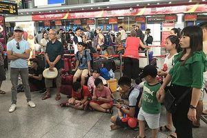 Hành khách 'vạ vật' chờ đợi do hãng hàng không Vietjet Air chậm bay và hủy chuyến hàng loạt