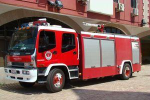 Đội cứu hỏa 'mang' xe chữa cháy chở bé trai đi cấp cứu