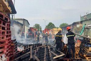 Kho gỗ pallet rộng 1.000m2 ở Quảng Nam bốc cháy dữ dội