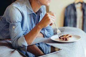 Tác hại của thói quen ăn khuya đối với sức khỏe
