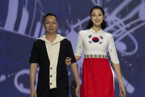 Hoa hậu Thủy Tiên làm vedette trong show của NTK Đỗ Trịnh Hoài Nam tại Hàn Quốc