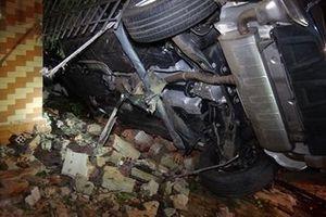 Ô tô Mercedes lao vào nhà dân, 3 người thương vong