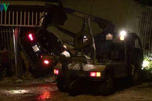 Xe Mercedes tông gẫy cây, sập hiên nhà làm 3 người thương vong