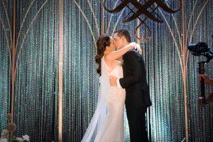 MC Phương Mai hôn chồng Tây đắm đuối trong đám cưới đẹp như cổ tích