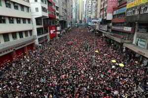 Hoãn dự luật dẫn độ, hàng nghìn người Hong Kong vẫn tràn xuống đường biểu tình