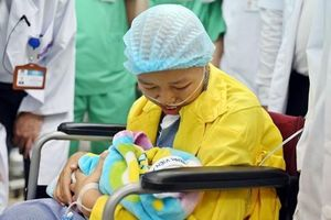 Người mẹ ung thư rớt nước mắt sau lần đầu gặp Bình An: 'Em mong được khỏe để gặp con nhiều hơn'
