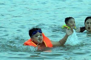 Nghệ An: Nắng như đổ lửa, dân thành phố ra sông Lam tắm giải nhiệt