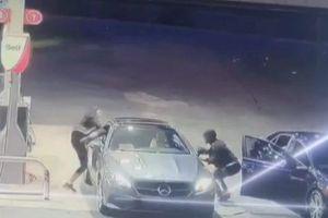 Nữ tài xế Mercedes phi thân đuổi trộm