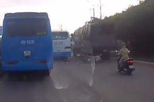 Xe khách 'đốn ngã' xe máy té xuống gầm xe tải
