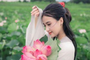 Cô gái chụp ảnh bên hồ sen theo phong cách cổ trang