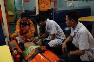 Cứu sống thuyền viên bị tai biến khi đang đánh cá trên biển
