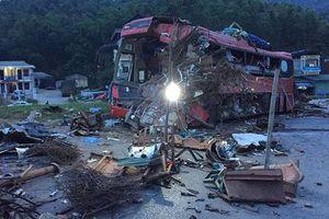 Ô-tô tải và xe khách đối đầu, ba người chết, hơn 30 người bị thương