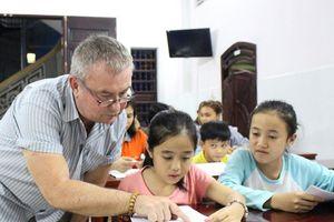 Ông Tây dạy tiếng Anh miễn phí trong chùa: Chọn Mỹ Tho vì cảm tình đặc biệt