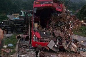 Hòa Bình: Xe khách đối đầu xe tải, 3 người tử vong