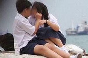 'Mẹ ơi mỗi lần hôn, bạn trai cứ đưa tay lên ngực con…'