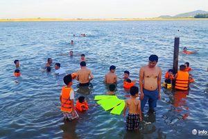 Nghệ An: Sông Lam, kênh thủy lợi biến thành 'bể bơi' ngoài trời cho trẻ
