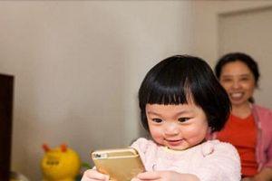 Thị lực của bé gái 2 tuổi bị hủy hoại do chiếc điện thoại bố mẹ tặng
