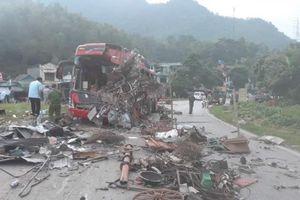 Khoảnh khắc kinh hoàng xe tải tông xe khách tại Hòa Bình làm nhiều người thương vong