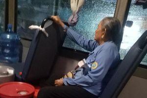 Chuyện cảm động của cô phụ xe buýt và bà lão nghèo, bệnh tật trong đêm mưa Sài Gòn