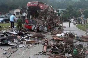 Hiện trường vụ xe tải tông xe khách khiến 3 người tử vong ở Hòa Bình