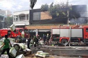 Cháy 2 công ty lúc rạng sáng, nhiều người hoảng loạn tháo chạy