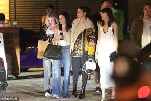 Selena Gomez để mặt mộc, kẹp tóc điệu đà ra phố đi ăn tối cùng bạn bè