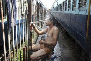 Ấn Độ gần hơn 80 người chết do nắng nóng và sập bể chứa nước