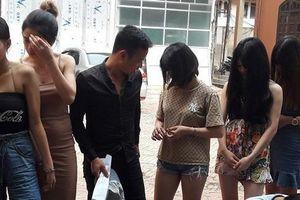 Đột kích quán karaoke, phát hiện 24 nam thanh nữ tú đang 'bay lắc'