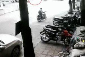 Camera an ninh bóc lỗi sang đường gây tai nạn nghiêm trọng của người phụ nữ đi xe máy