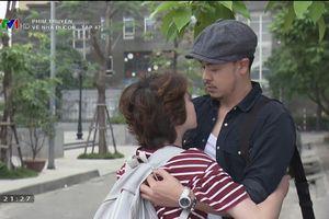 'Về nhà đi con': Dương thú nhận yêu bố Bảo sau cái ôm định mệnh, bắt đầu mặc váy soi gương, tô son điểm phấn