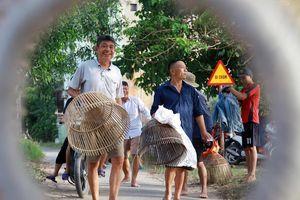Người dân nô nức bắt cá trong lễ hội nơm bàu ở Nghệ An