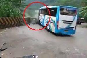 Ôtô khách lao thẳng xuống đường đèo, đâm tung rào bê tông ở Indonesia