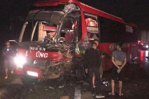 Thêm 1 vụ xe khách bị tông nát đầu trong đêm trên Quốc lộ 6