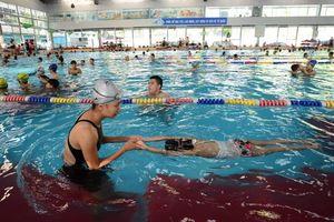 Cho trẻ học bơi: Quan trọng là kỹ năng bơi tự cứu