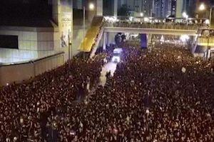 Kì diệu: 2 triệu người biểu tình Hong Kong tách đôi cho xe cứu thương đi qua
