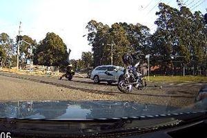 Đâm vào đầu ô tô, tài xế mô tô bay ra ra khỏi xe như trong phim