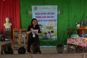 Cô giáo 9X nghỉ hè về mở lớp dạy tiếng Anh miễn phí cho con em trong bản
