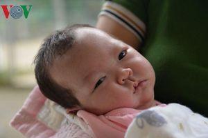 Bé gái sơ sinh bị bỏ rơi trong rừng Sơn La đã có người nhận nuôi