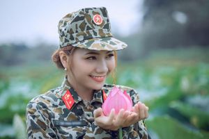 Nữ thiếu úy đặc công đẹp dịu dàng bên hoa sen