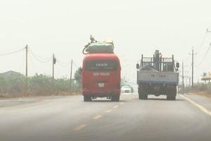 Xe khách chở hàng cồng kềnh lao vun vút như muốn đoạt mạng người trên quốc lộ