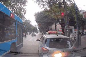 Clip: Xe cứu thương liên tục nháy đèn, hú còi, taxi quyết không nhường đường và sự tranh cãi kịch liệt của dân mạng