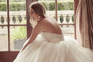 Thử váy cưới từ thương hiệu 70 năm tuổi 'made in England'