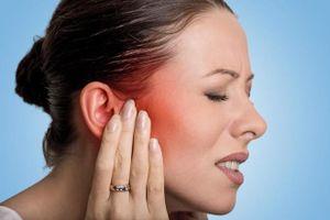 Người phụ nữ bị ve chó làm tổ trên tai