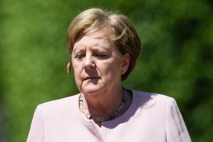 Thủ tướng Đức loạng choạng, run lẩy bẩy khi đón tổng thống Ukraine