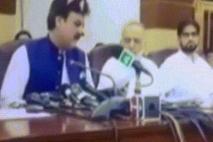 Chính trị gia Pakistan mắc sai lầm tai hại khi phát trực tiếp họp báo