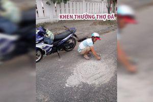 Khen thưởng thợ đá đục mảng bê tông trên mặt đường