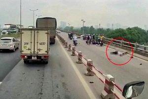 Xe máy tông vào thành cầu Thanh Trì, đôi nam nữ thương vong