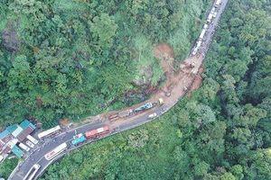 Đèo Bảo Lộc ách tắc gần 20km vì sạt lở đất