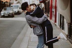 Hari Won khóa môi ông xã Trấn Thành cuồng nhiệt trên phố